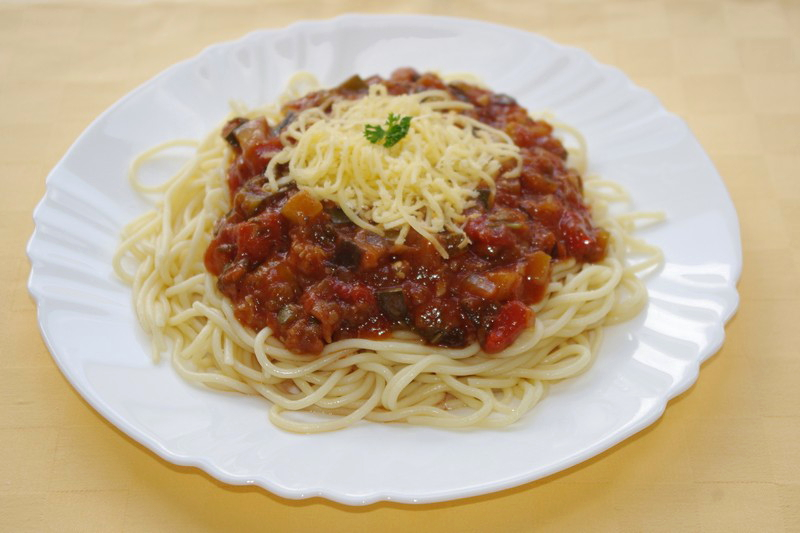 Špagety s balkánskou zeleninovou zmesou,syr.