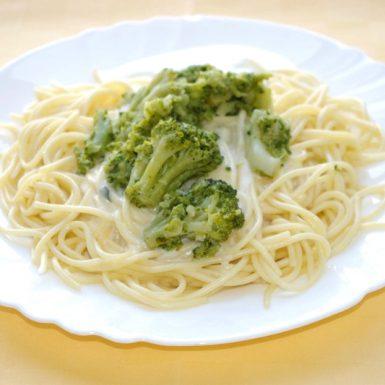 Špagety-s-brokolicou-a-syrovou-omáčkou