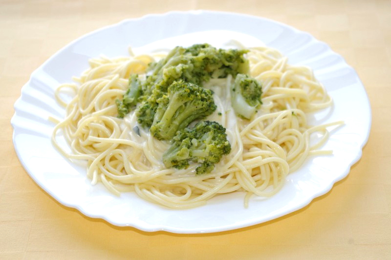 Špagety s brokolicou a syrovou omáčkou