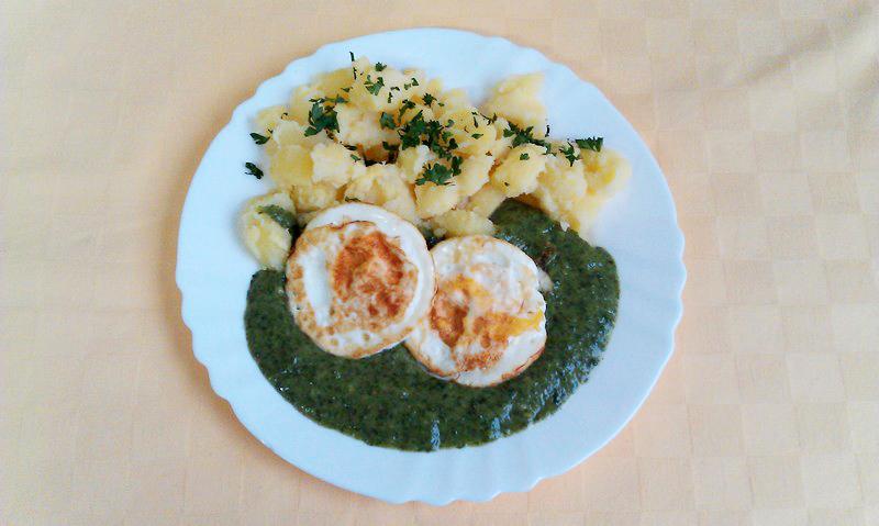 Špenátový prívarok s volským okom, zemiaky s vňaťou