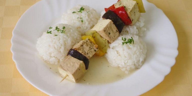 Balkánska-vegetariánska-ihla-s-tofu-syrom-ryža-zel.-šalát