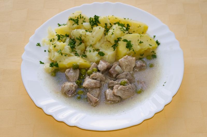 Bravčové soté na hrášku, zemiaky s vňaťou