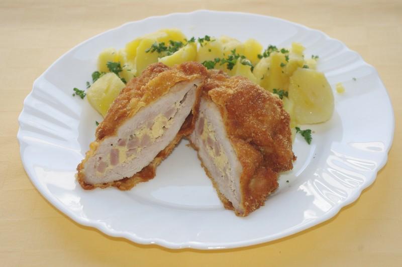 Bravčový moravský rezeň,zemiaky s vňaťou.