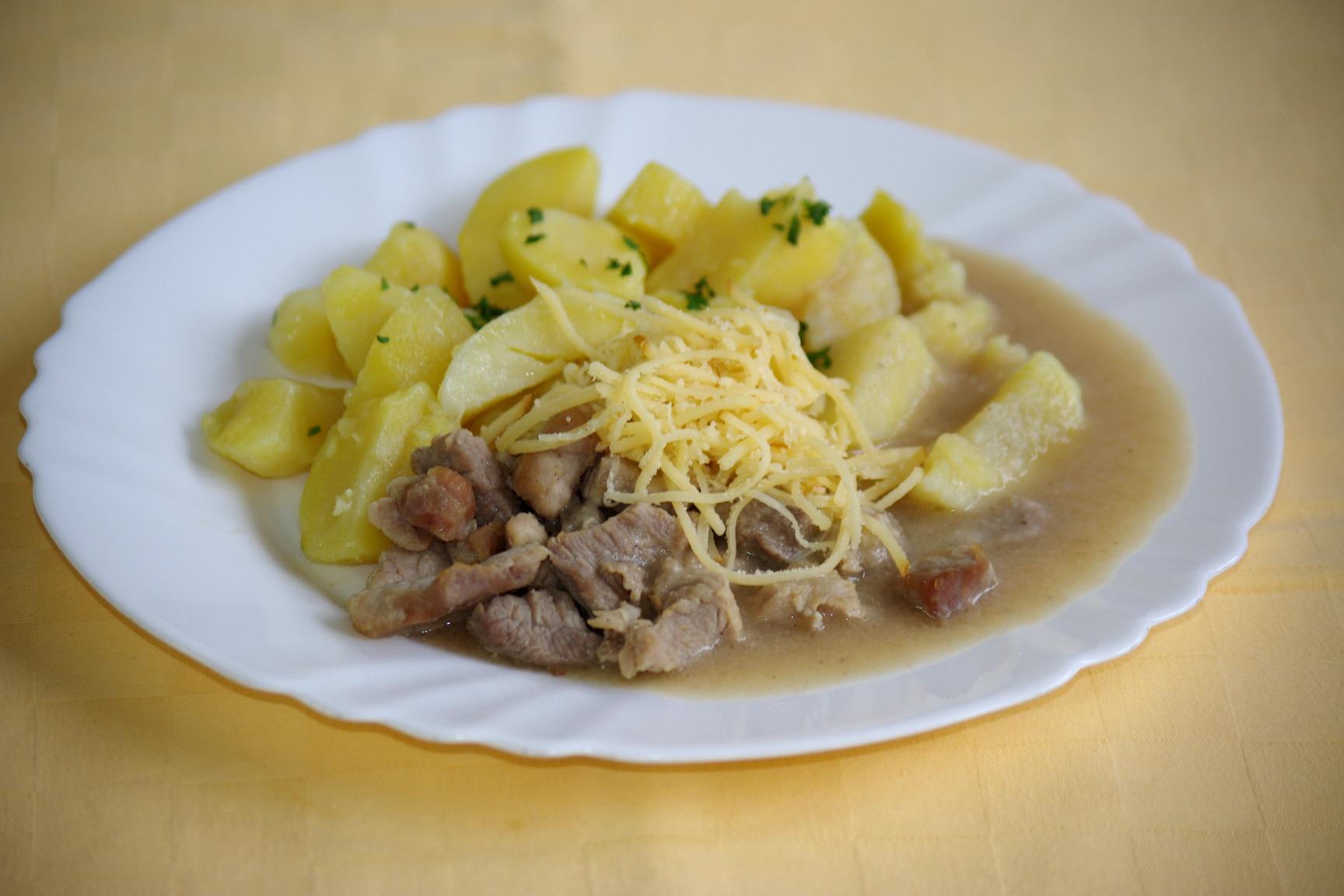 Bravčový pivovarský tokáň so syrom, zemiaky s vňaťou