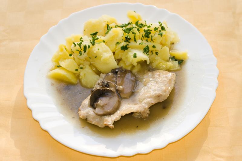 Bravčový plátok na šampiňónoch, zemiaky s vňaťou