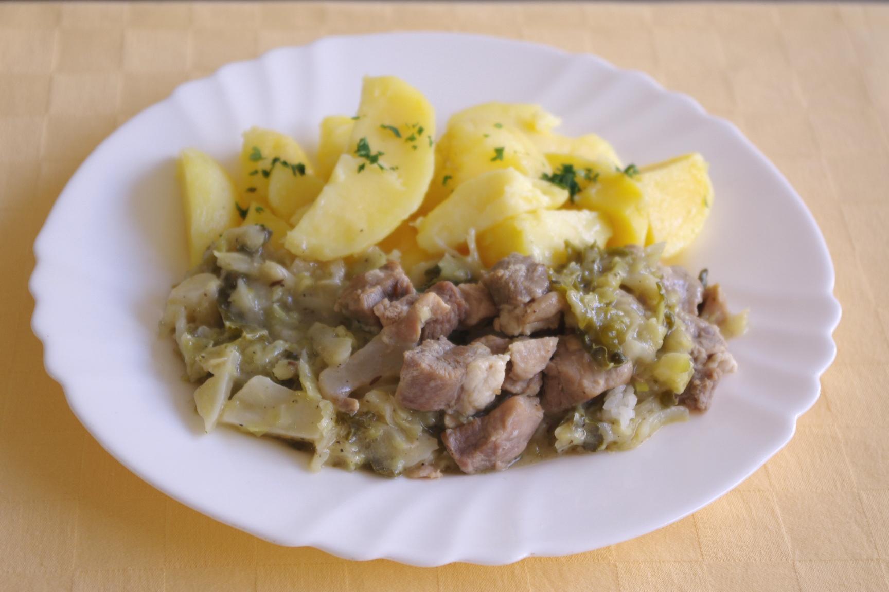 Bravčové mäso s kelom, zemiaky s vňaťou