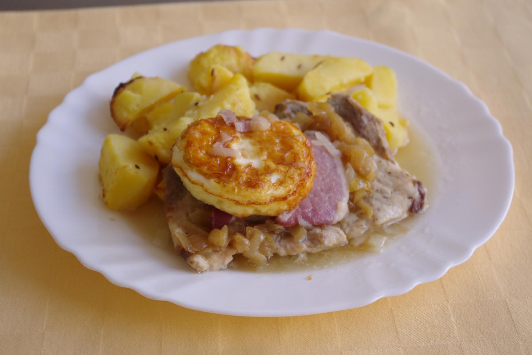Brav.drevorubačský rezeň  s volským okom,pečené zemiaky.