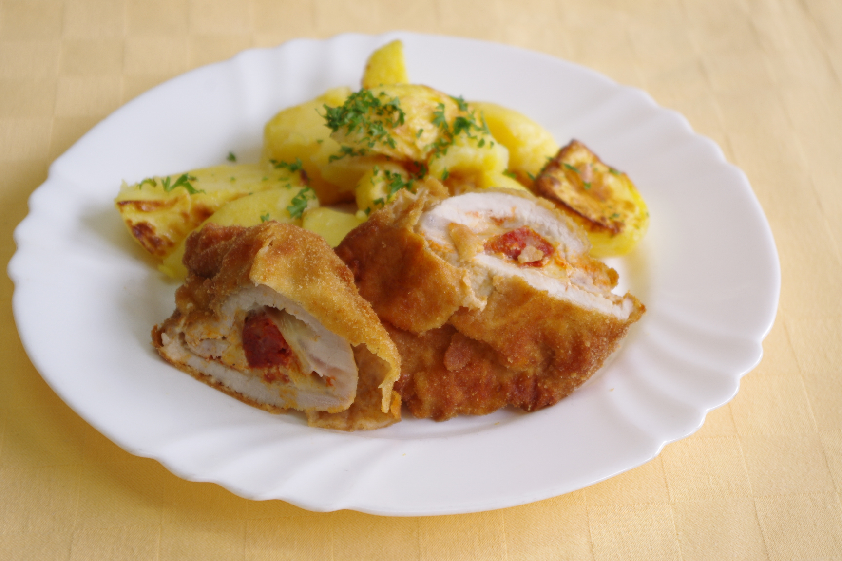 Bravčový rezeň plnený klobáskou a údeným syrom, pečené zemiaky