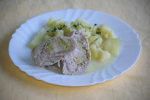 Bravčový záhorácky závitok, zemiaky s vňaťou