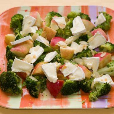 Brokolicový-šalát-s-camembertom-a-jablkami