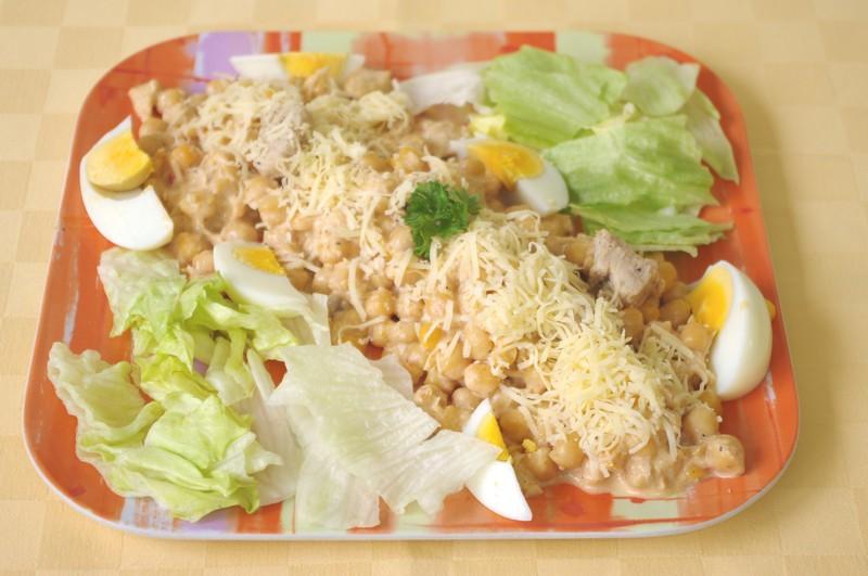 Cícerový šalát s morčacími prsiami, vajíčkom a syrom, pečivo.