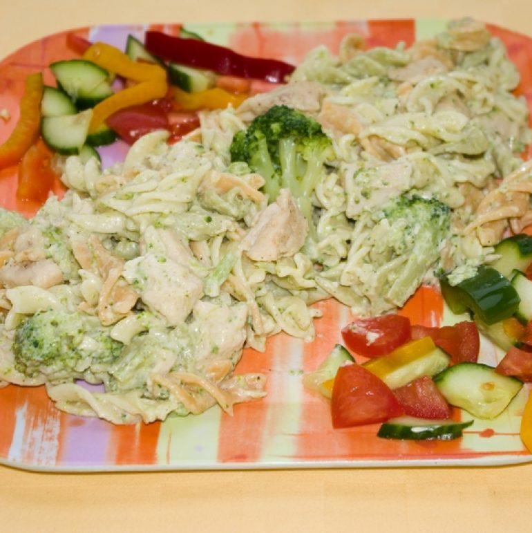 Cestovinový-šalát-s-kuracím-mäsom-a-brokolicou