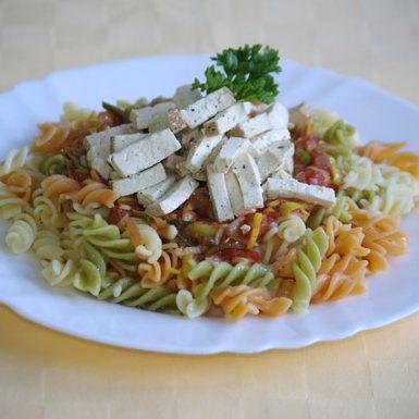 Cestoviny-s-rajčiakovo-pórovou-omáčkou-a-marinovaným-tofu