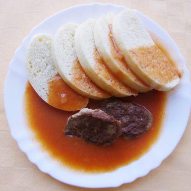 Hovädzí-plátok-Goody-foody-s-rajčinovou-omáčkou-knedľa
