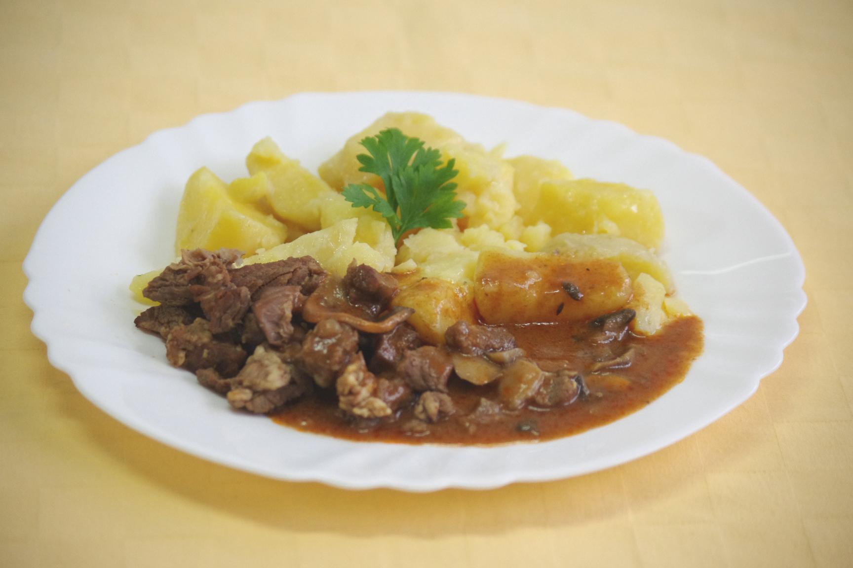 Hovädzí kapucínsky guláš, zemiaky s vňaťou