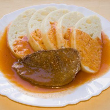Hovädzia-pečienka-s-paradajkovou-omáčkou-knedľa