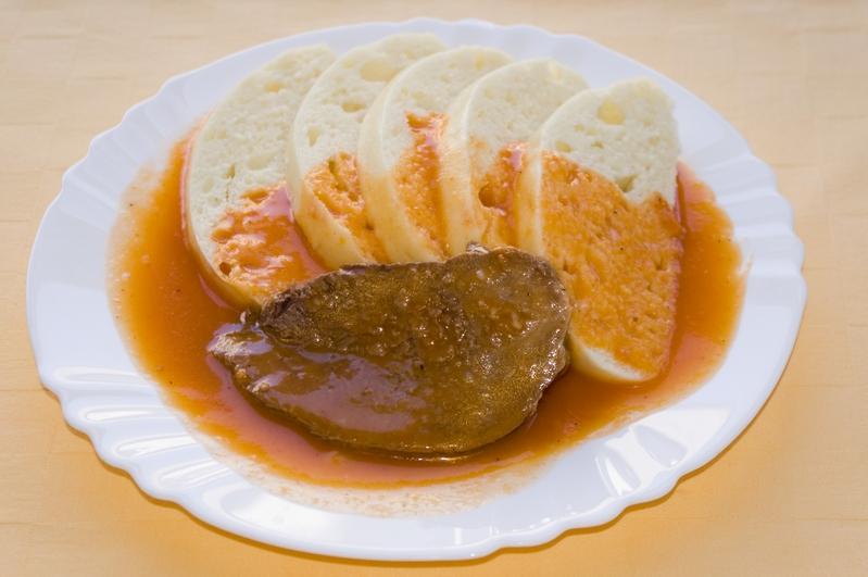 Hovädzia pečienka s paradajkovou omáčkou, knedľa.