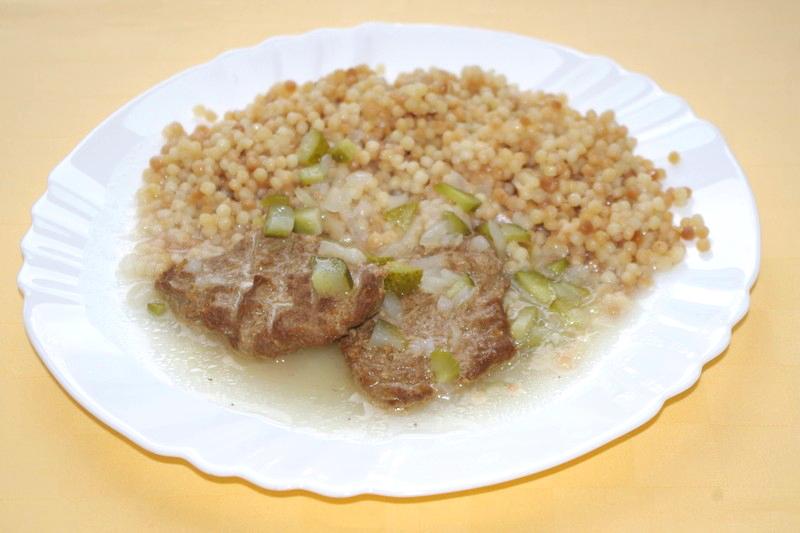 Hovädzia štefanská pečienka, tarhoňa, zeleninový šalát
