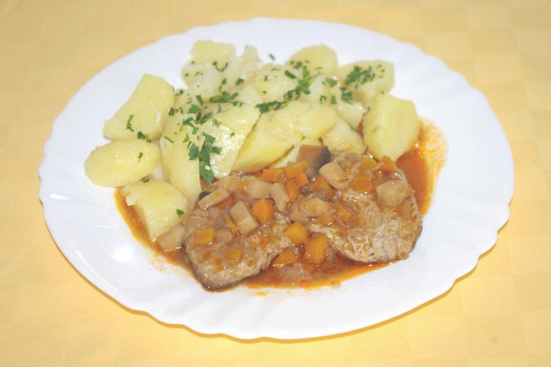Hovädzí plátok Goody Foody po burgundsky, zemiaky s vňaťou