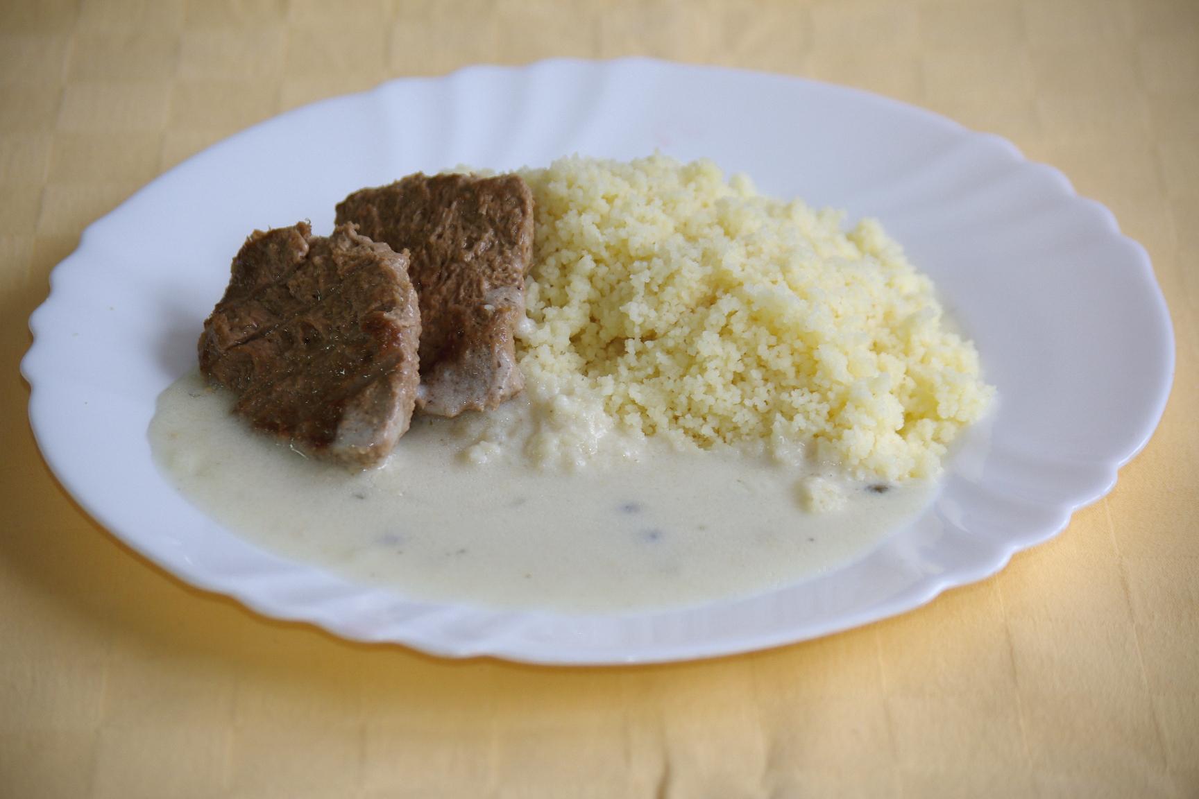 Hovädzí steak Goody Foody s omáčkou zo zeleného korenia, kuskus