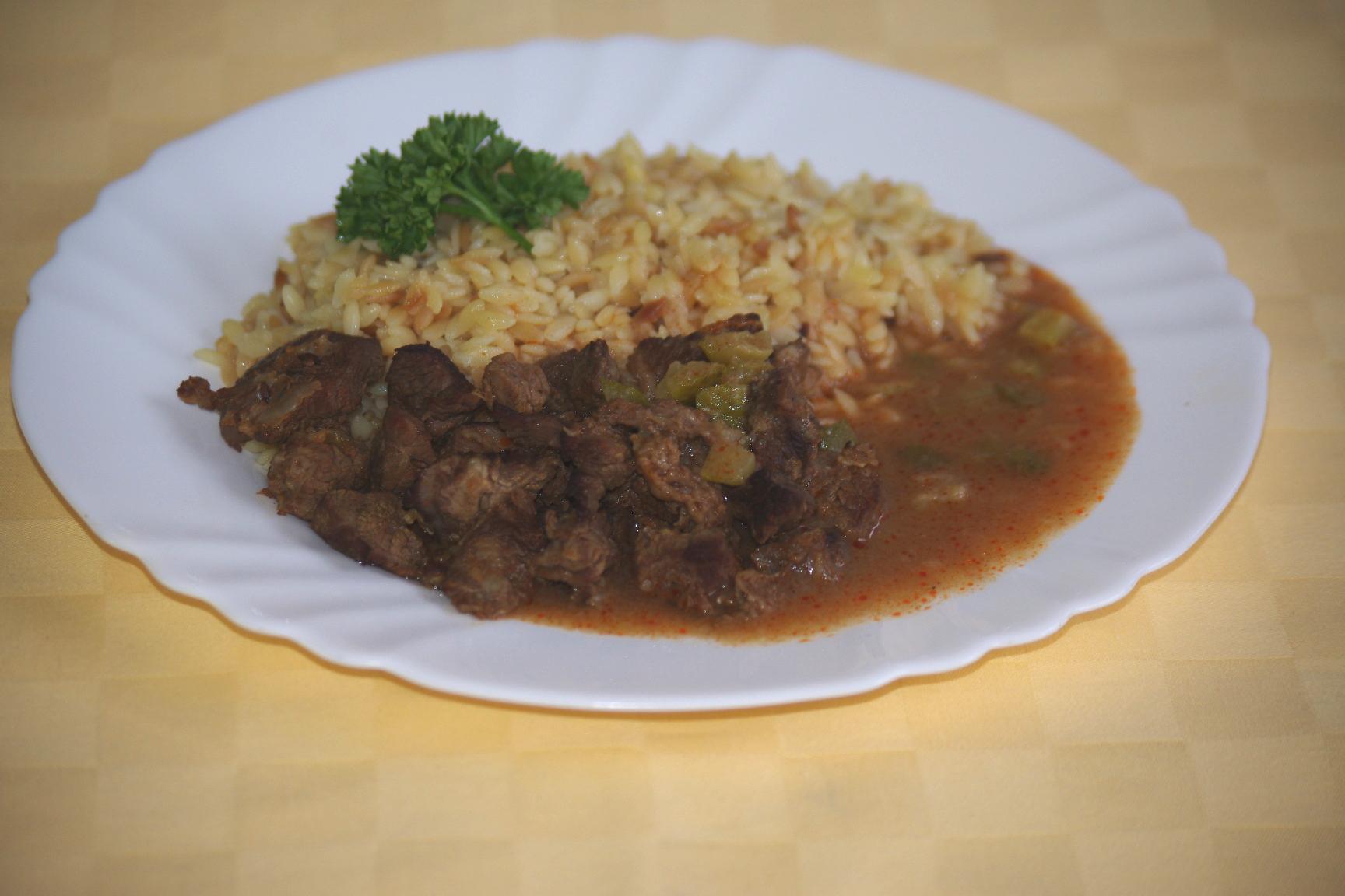 Hovädzí znojemský guláš, slovenská ryža