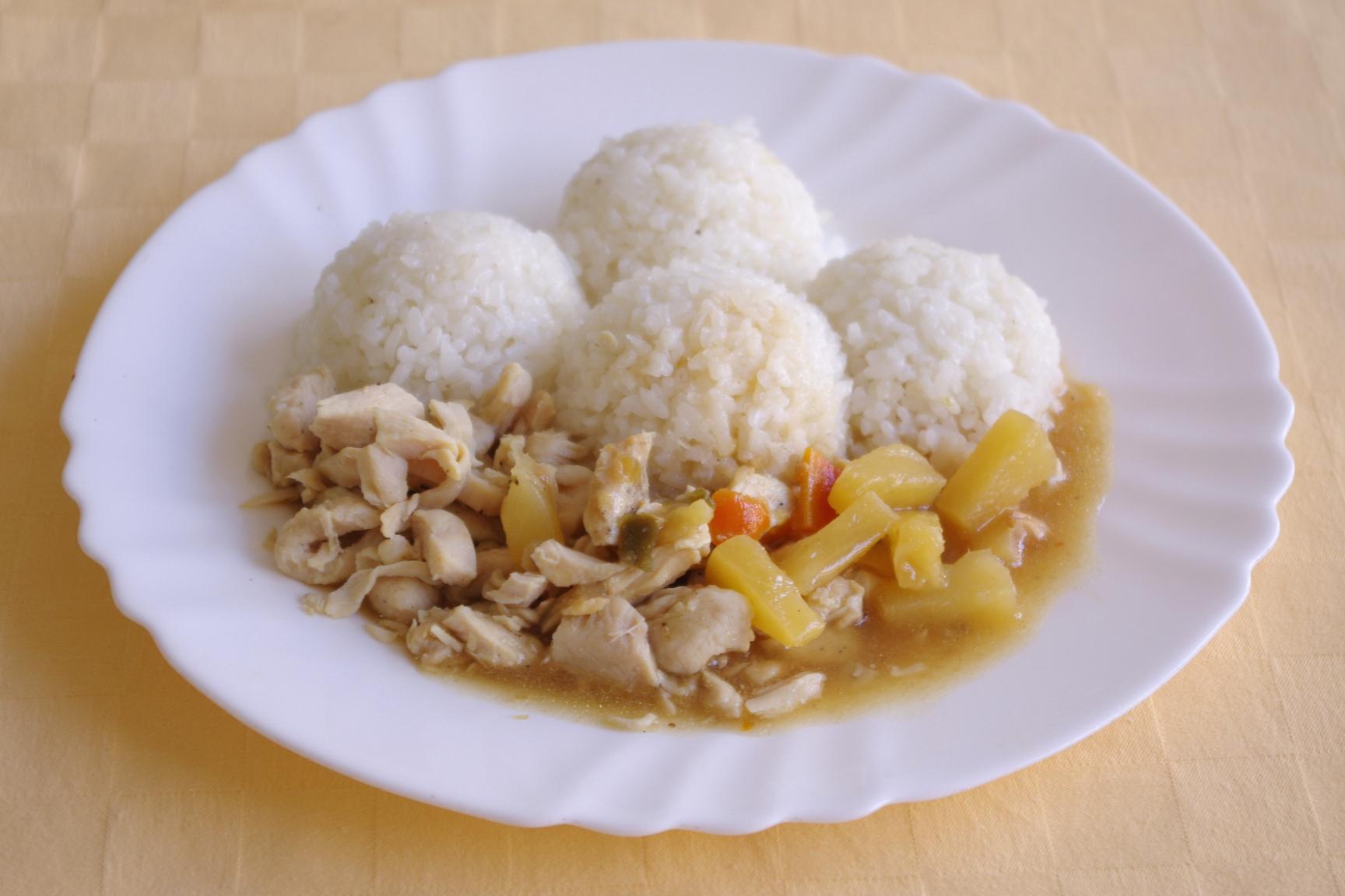 Indické kuracie rezance s kari zmesou a ananásom, ryža