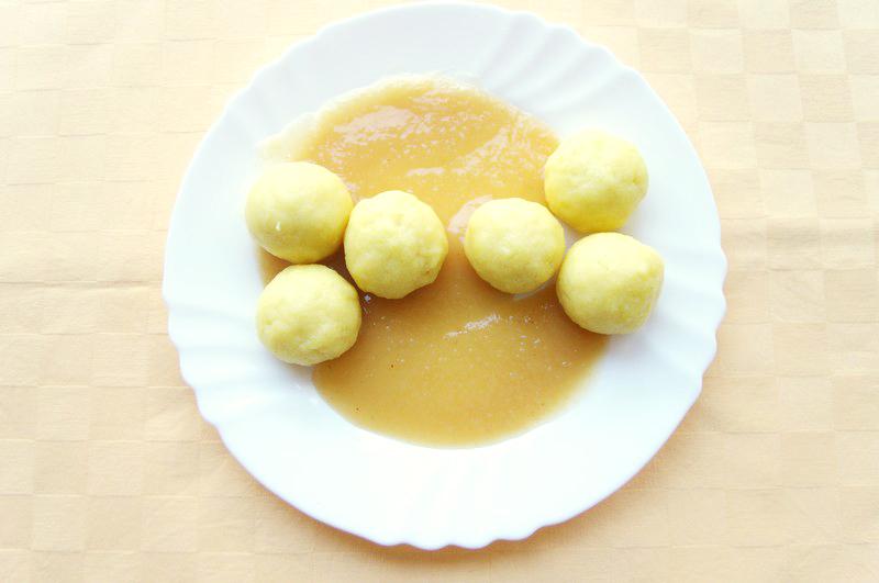 Jogurtové guľky s jablkovým pyré