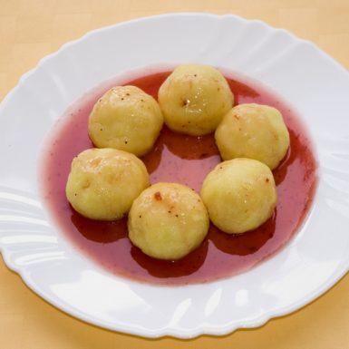 Jogurtové-knedličky-s-jahodovou-omáčkou