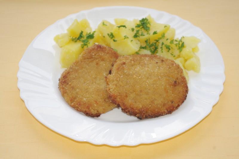 Karbonátok z kyslej kapusty so syrom, zemiak. kaša.