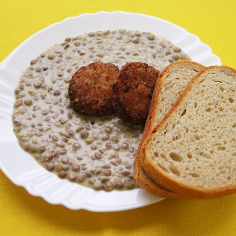 Karbonátok-so-šošovicovým-prívarkom-chlieb
