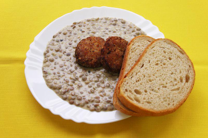 Karbonátok so šošovicovým prívarkom, chlieb
