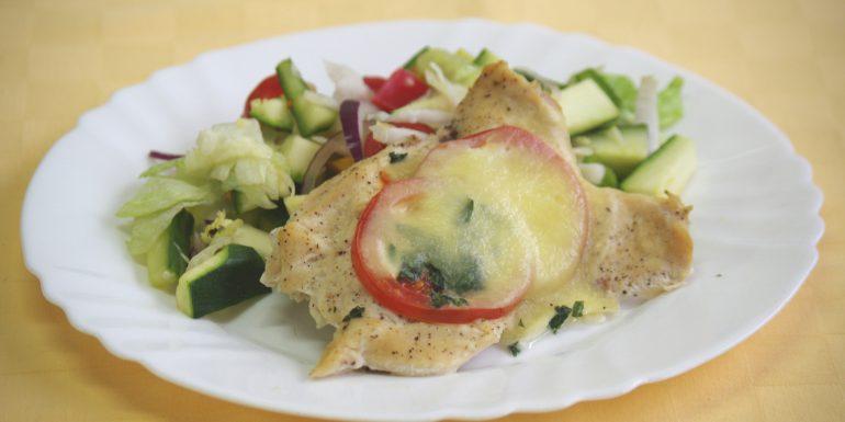 Kur.prsia-zapeč.-s-rajčinoumozzarelou-a-bazalkousvieža-zelenina