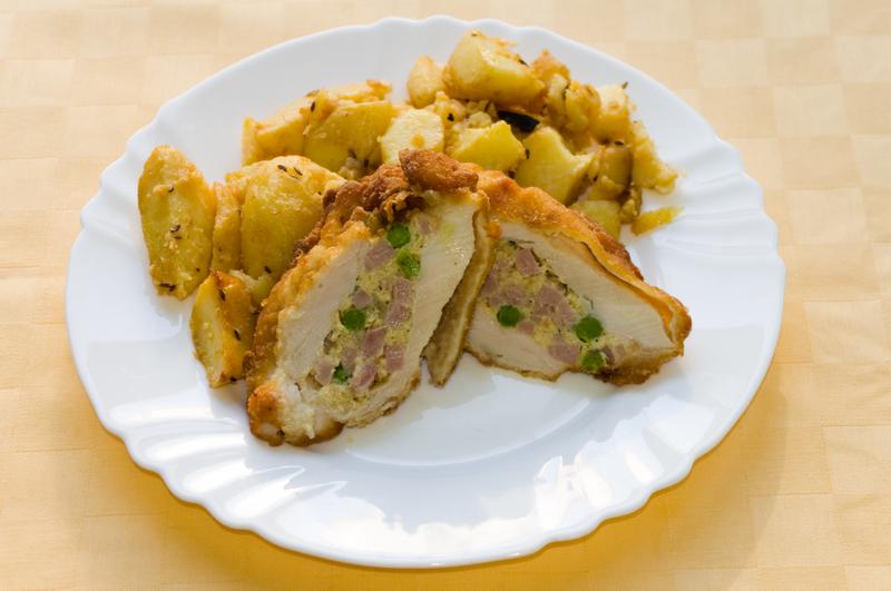Kurací brnenský rezeň, pečené zemiaky
