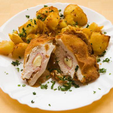 Kurací-rezeň-Cordon-bleu-pečené-zemiaky