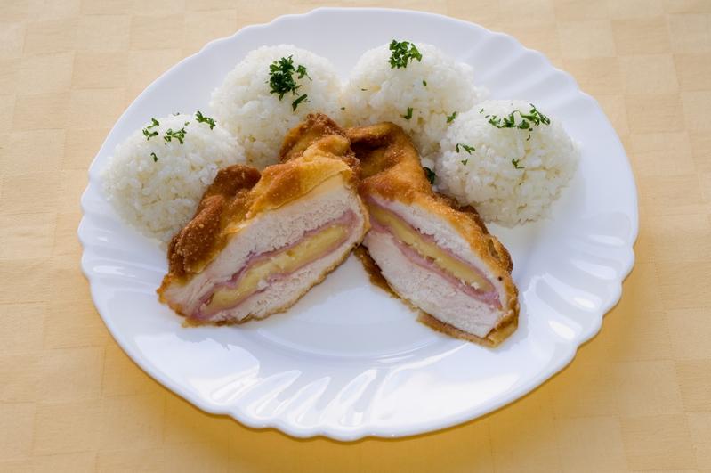 Kurací rezeň Gordon bleu , ryža.