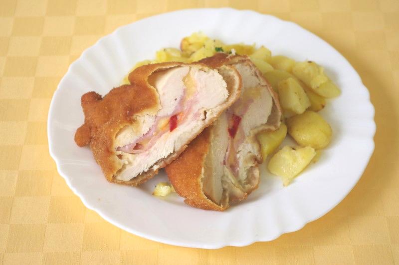 Kurací rezeň plnený šunkou, syrom a kápiou, pečené zemiaky