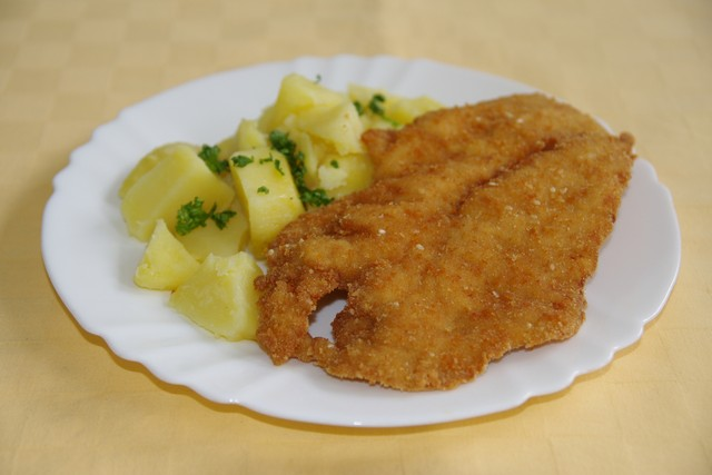 Kurací rezeň v sézamovej zmesi, zemiaky s vňaťou