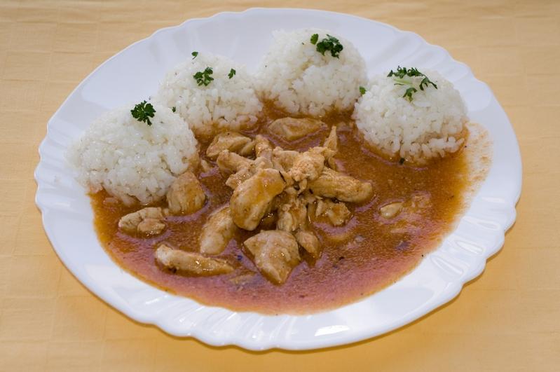 Kurací tokáň na maďarský spôsob, ryža.