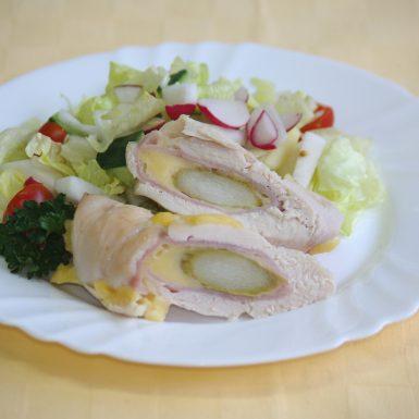 Kurací-závitok-so-šunkousyrom-a-špargľousvieža-zelenina