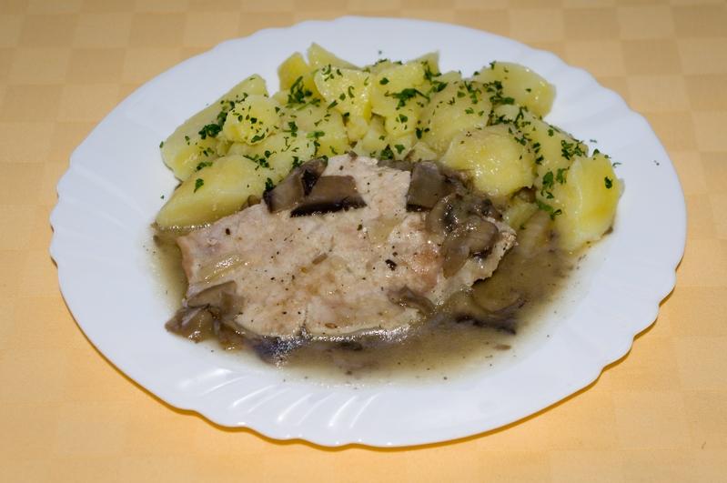 Kuracie prsia na bavorský spôsob, zemiaky s vňaťou.