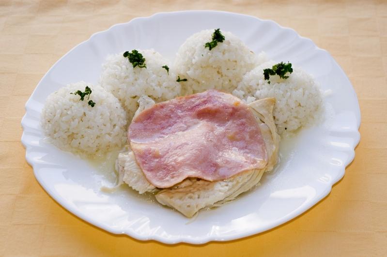 Kuracie prsia na masle so šunkou, ryža.