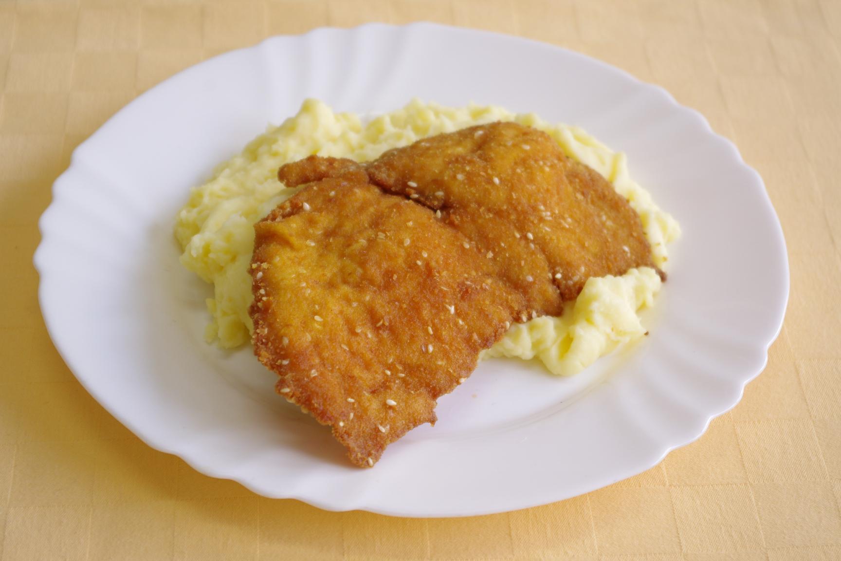Kuracie prsia v sezamovej zmesi, zemiaková kaša