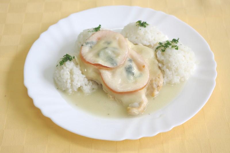 Kuracie prsia zapečené s rajčinou, bazalkou a mozzarellou, ryža