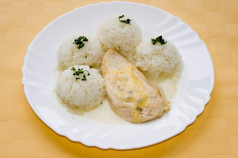 Kuracie prsia zapečené so syrom Niva, ryža.