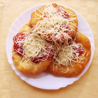 Lángoš-so-syrom-a-kečupom