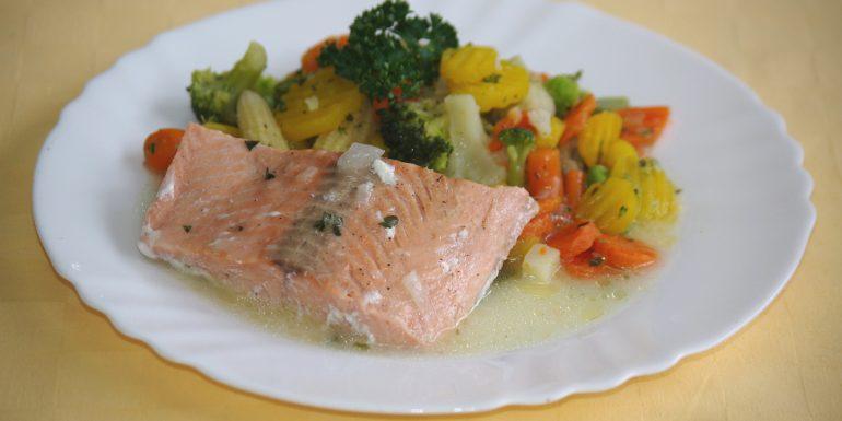 Losos-pečený-s-bylinkovým-maslomdusená-zelenina
