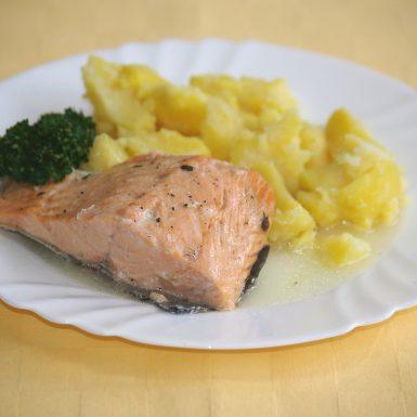 Losos-pečený-s-bylinkovým-maslomzemiaky-s-vňaťou