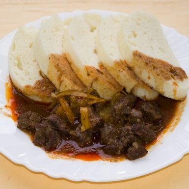 Maďarský-guláš-knedľa2