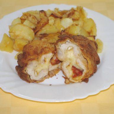 Morćací-rezeň-plnený-údeným-syrom-a-klobáskoupečené-zemiaky