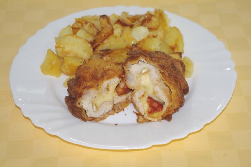 Morčací rezeň plnený údeným syrom a klobáskou, pečené zemiaky